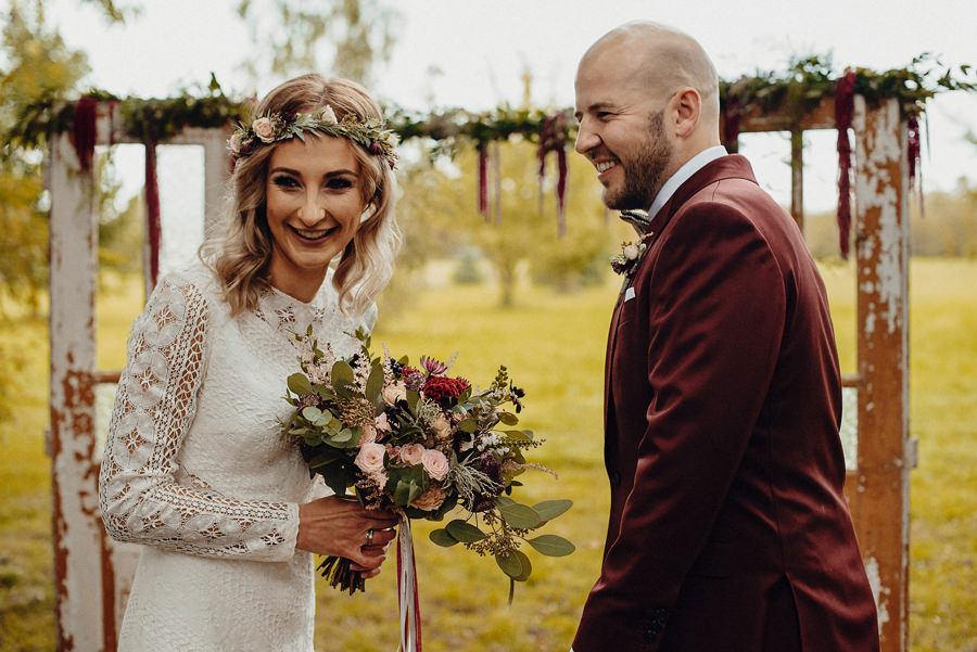 nowożeńcy i ich ślub w plenerze